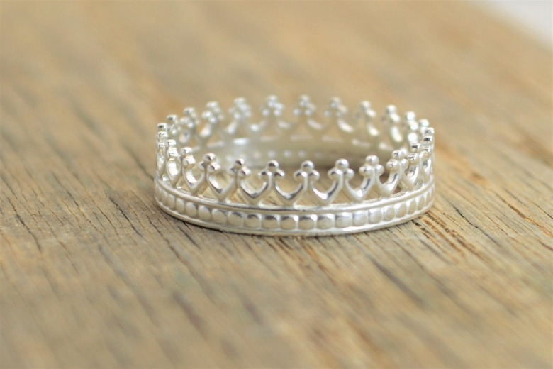Кольцо корона на пальце фото